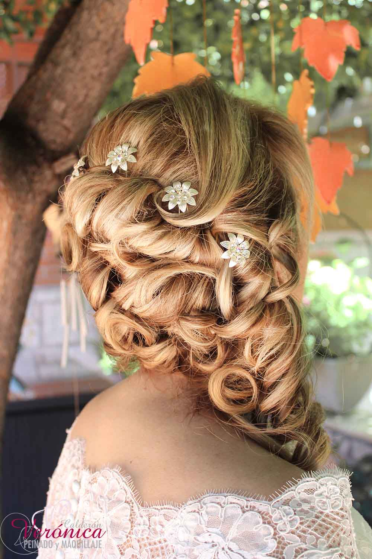 peinado-maquillaje-novia-invitada-domicilio-madrid-veronica-calderon-moño-romantico-semirecogido-lateral-bucles-huecos-melena-rubia-horquillas-cristales