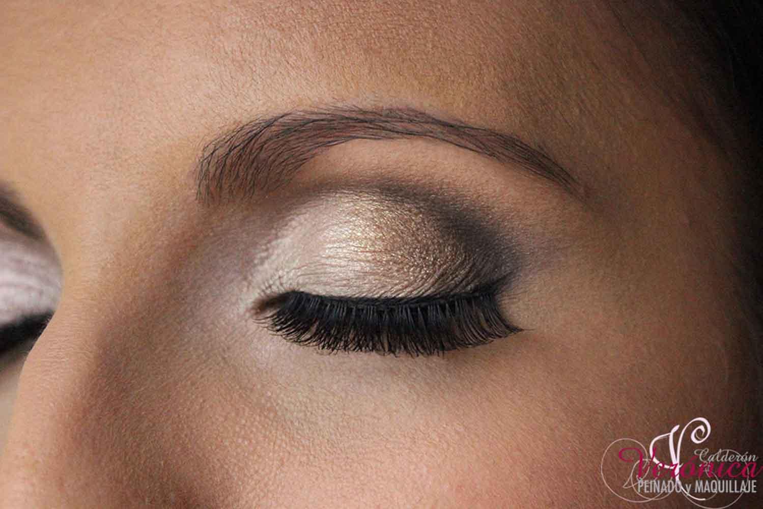 maquillaje ojos sombras doradas negras domicilio Verónica Calderón