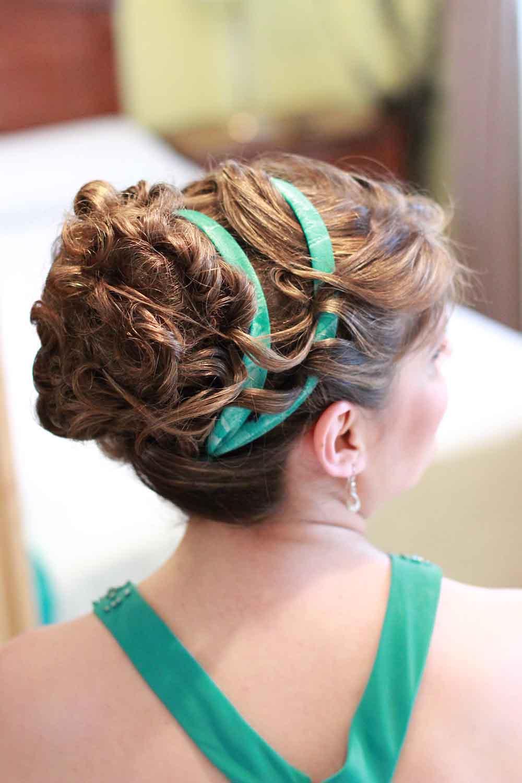 peinado-maquillaje-novias-domicilio-madrid-verónica-calderón-peinados-románticos-estilo-griego-cintas-raso-colores-verdes-hermanas-novia-flequillo-rizos-suaves