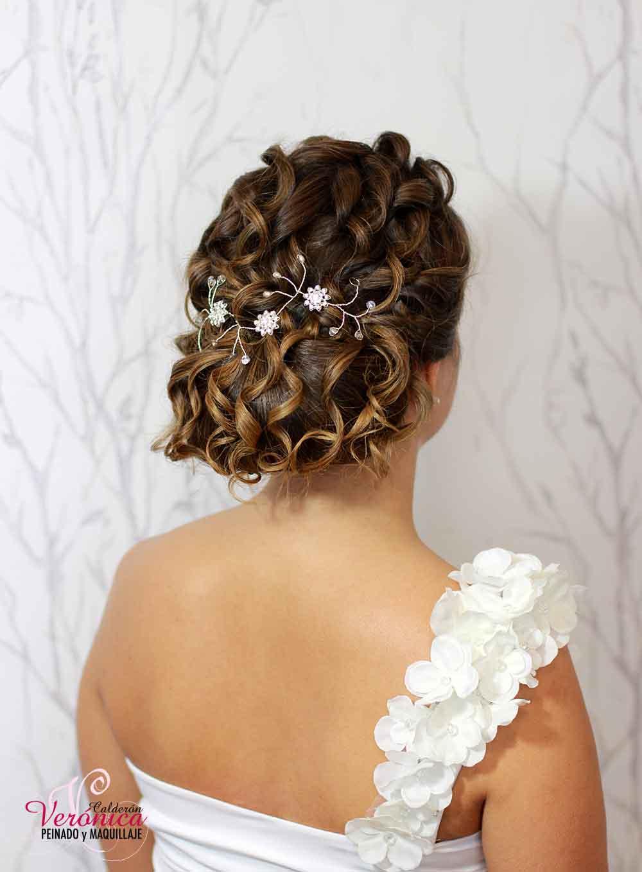 peinado-maquillaje-novias-domicilio-veronica-calderón-moño-bajo-efecto-despeinado-rizo-natural-informal