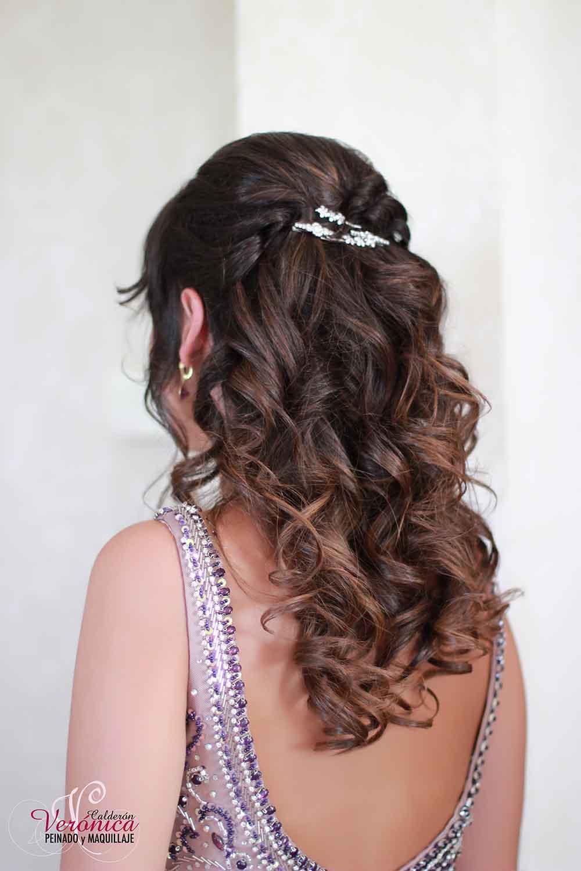 peinado-maquillaje-veronica-calderón-invitada-hermana-novia-semirecogido-pelo-castaño-ojos-ahumados-labios-naturales-horquillas-plateadas