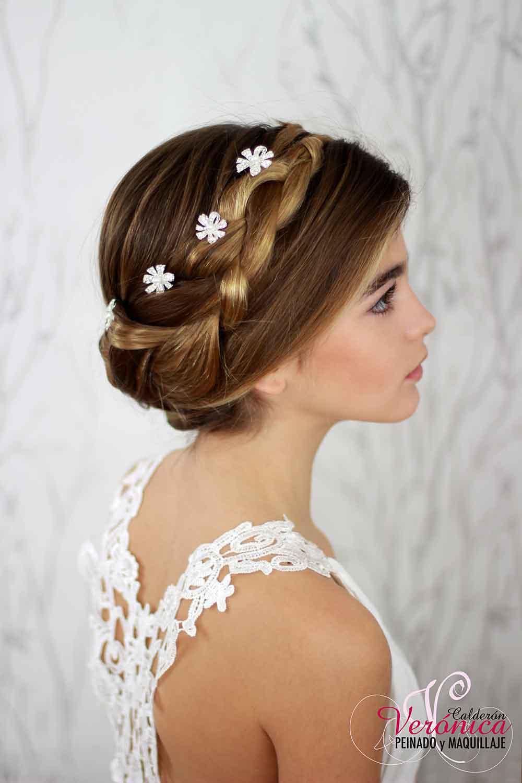 peinado-moño-bajo-trenzas-despeinado-informal-horquillas-plateadas-flores-cristal-verónica-calderón-peluquería-maquillaje-domicilio-madrid