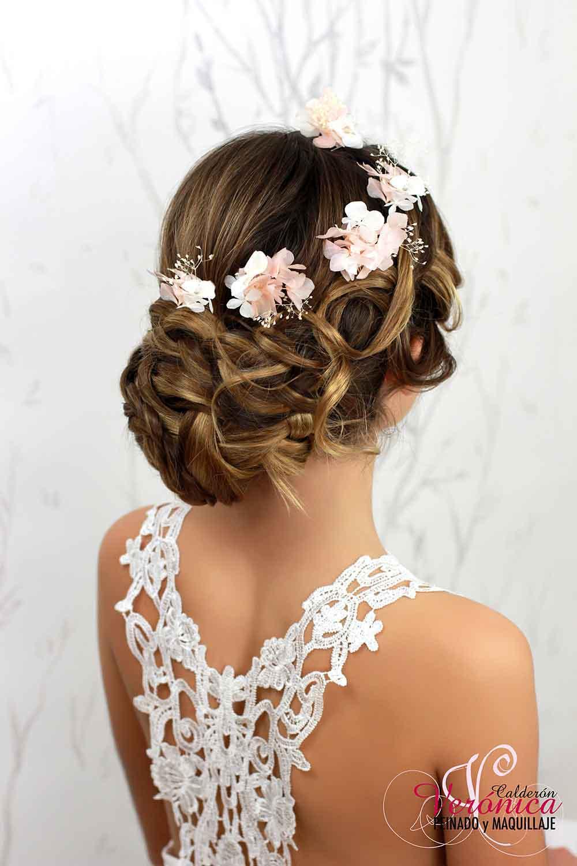 peinado-moño-bajo-trenzas-despeinado-informal-flores-naturales-preservadas-verónica-calderón-peluquería-maquillaje-domicilio-madrid