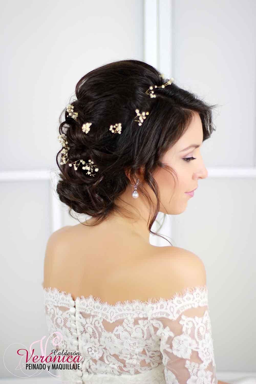 peinado-novia-moño-bajo-efecto-despeinado-lateral-ondas-suaves-retorcidos-paniculata-peluquería-domicilio-madrid-verónica-calderón